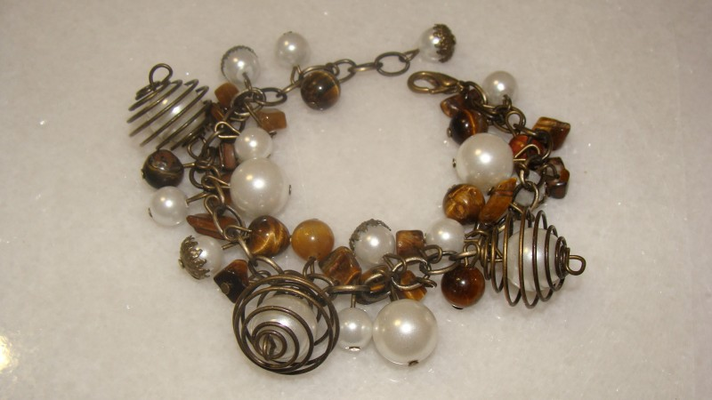 Bratara handmade din bronz cu perle de sticla si ochi de tigru